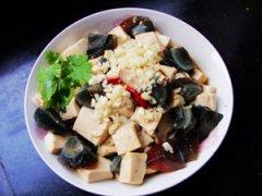皮蛋拌豆腐的做法 夏日消暑美食之皮蛋拌豆腐